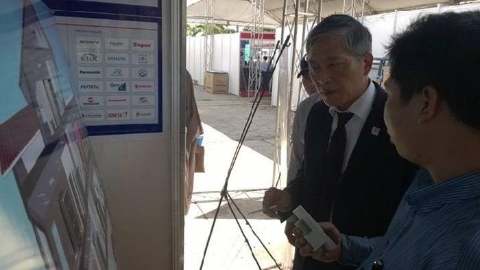 Thứ trưởng Bộ Khoa Học Công Nghệ Trần Văn Tùng đến thăm và nghe thuyết trình về công nghệ nhà thông minh ACIS tại Triển Lãm Công Nghệ Miền Đông Nam Bộ 43